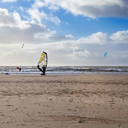 Kitesurfen bij de kliffen van Mirns