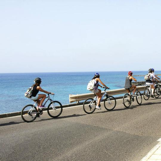 Trčanje i vožnja biciklom na obali Lanzarotes