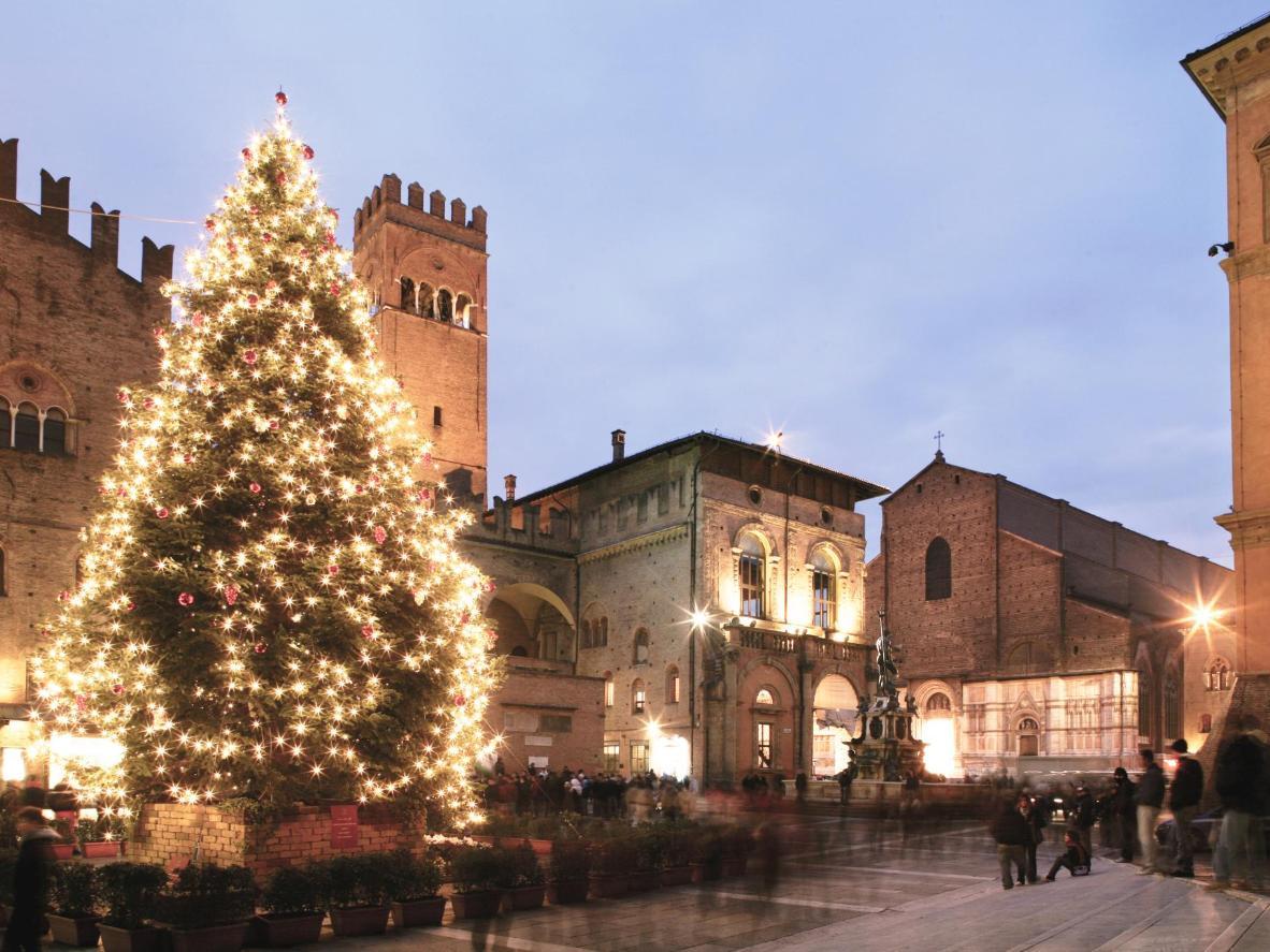Będąc w Bolonii na święta, odwiedź jarmark przy kościele Santa Maria dei Servi