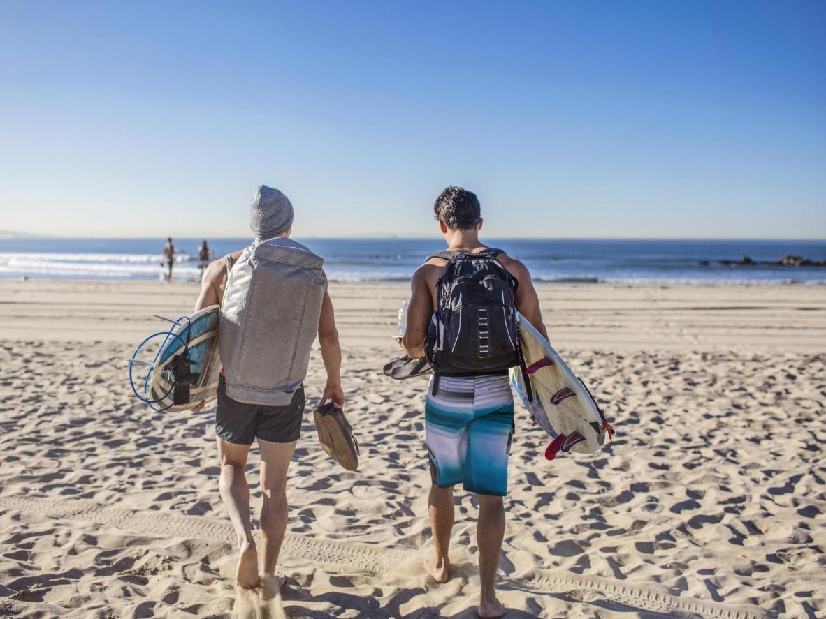 澄んだ青い波に乗り、アクティブなハネムーンを楽園のような環境で過ごせるハワイ