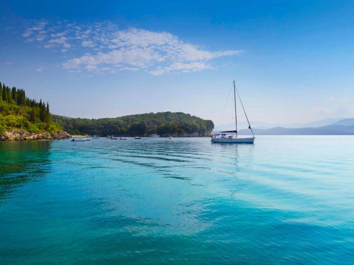 ボートを漕ぎながら自分のペースで巡る、ギリシャの島々