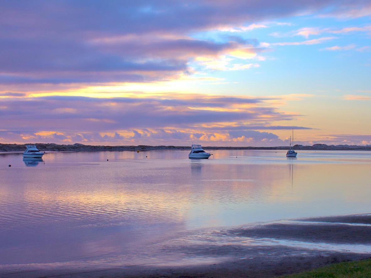 Mangawhai Estuary pada cahaya pagi hari