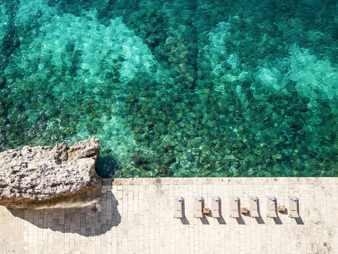 Le acque blu dell'Adriatico viste dalla città vecchia di Dubrovnik