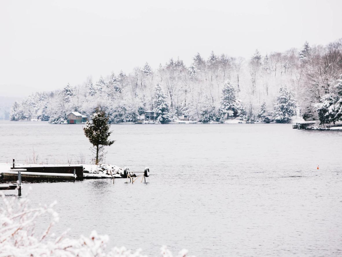 Uživajte u vjenčanju s kulisom od smrznutog lišća uz klizanje na zaleđenom jezeru