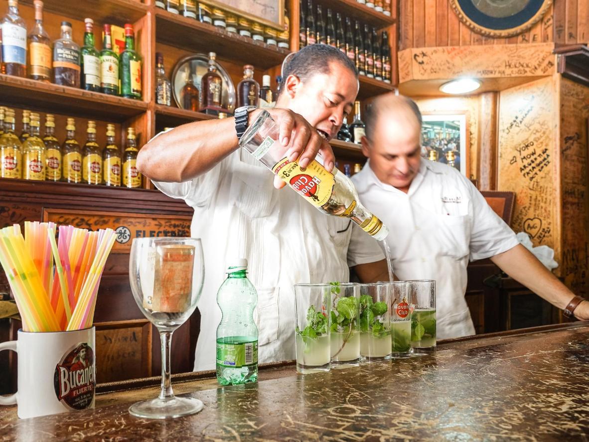 Obejrzyj, jak profesjonalni kubańscy barmani przygotowują autentyczne mojito