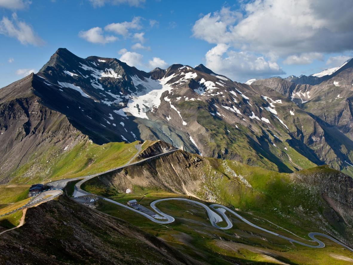 Cette route compte 36 virages serrés et atteint les 2 504 mètres d'altitude
