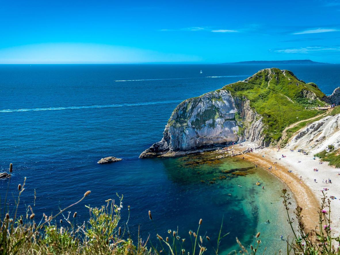 Tirkizni valovi zapljuskuju obalu plaže Dorset