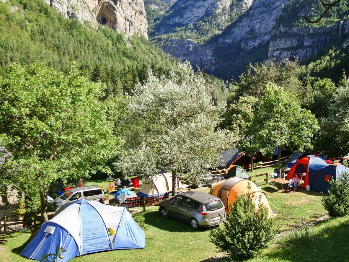 Khu cắm trại này nằm giữa một khu có rất nhiều núi và thác nước