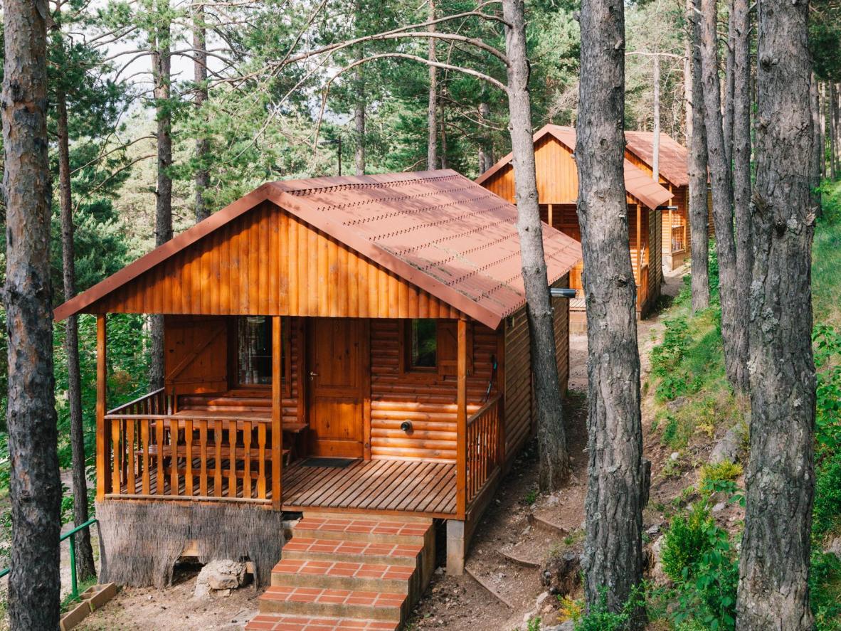 Mỗi bungalow gỗ riêng đều nhìn ra núi Pedraforca nổi tiếng ở Catalonia