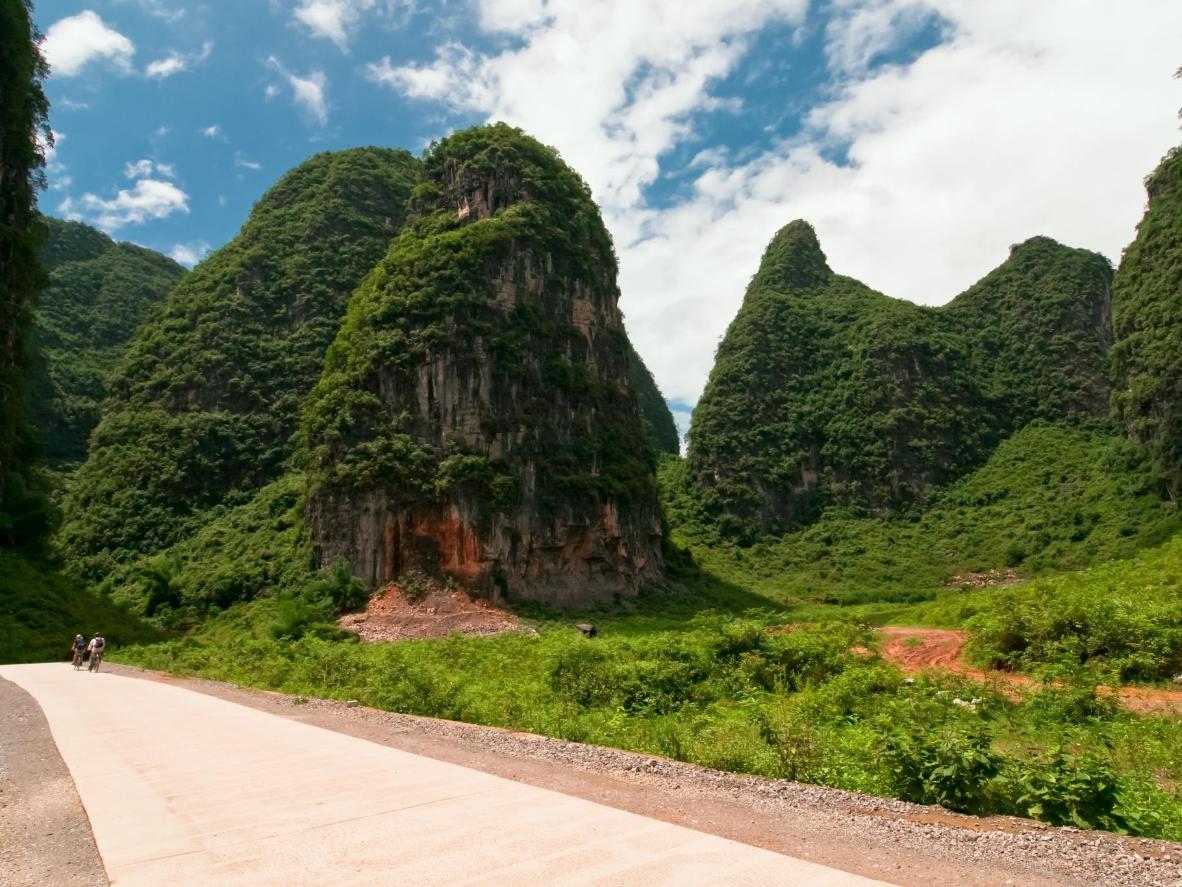 Fiets langs de groene rijstvelden en de indrukwekkende rotsformaties in Yangshuo