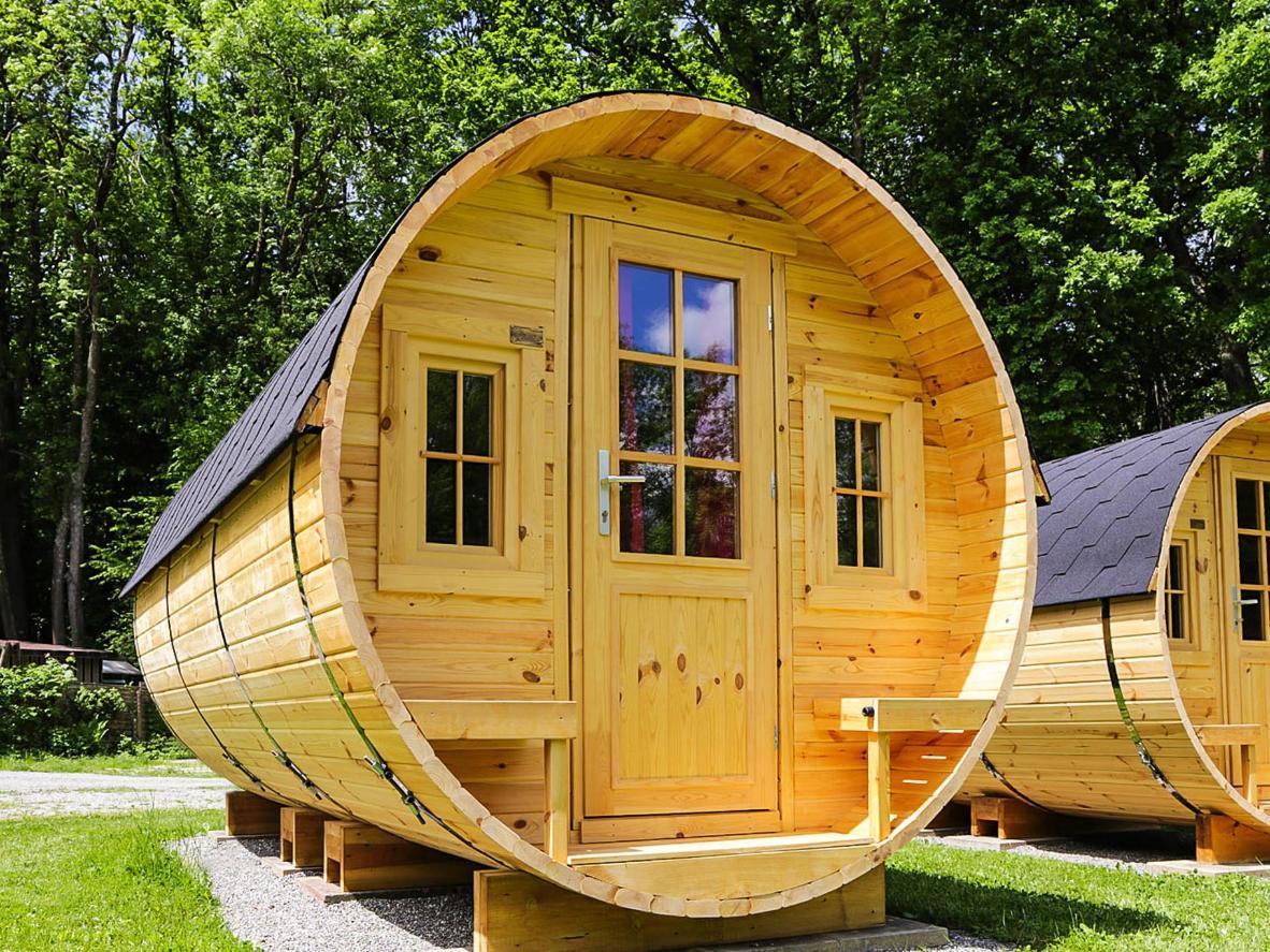Wohnen Sie gemütlich in einem Holzfass auf diesem Campingplatz in Süddeutschland