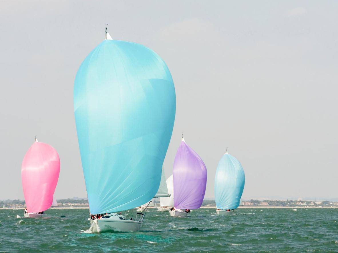'Spinnaker' yang berwarna-warni biasanya dapat dilihat di kapal layar lumba