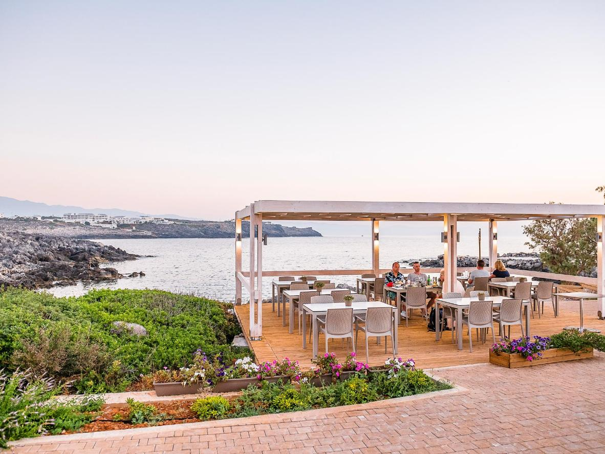 Planazo: comer en la terraza con buenos amigos y unas botellas de vino