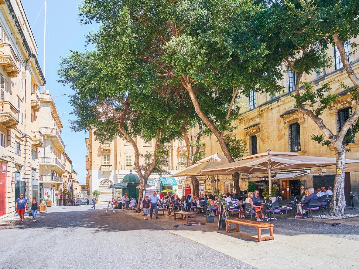 Malta combina restaurantes de primera y plazas con encanto soleadas
