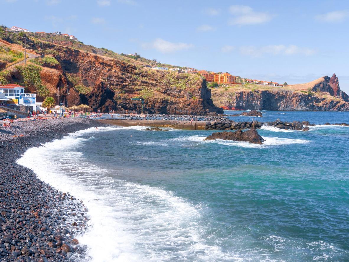 Sassolini e acqua cristallina a Funchal