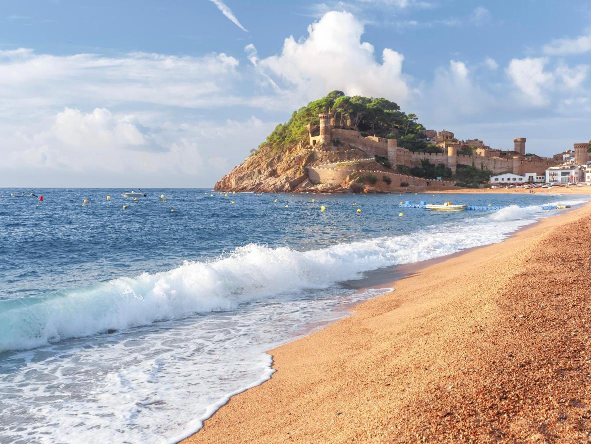Vista sul castello dalla spiaggia di Platja Gran A Tossa de Mar