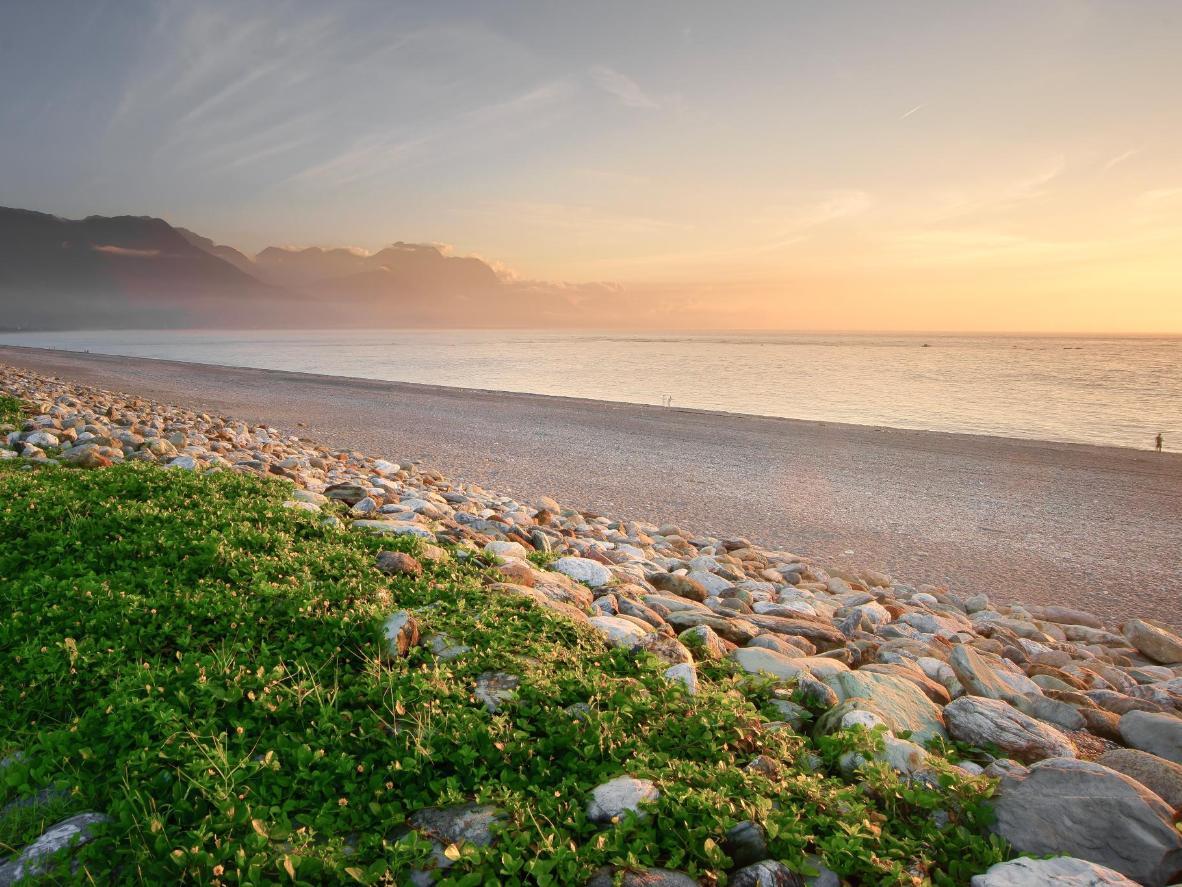Goditi il tramonto sulla Sunrise Crescent Bay a Qixingtan