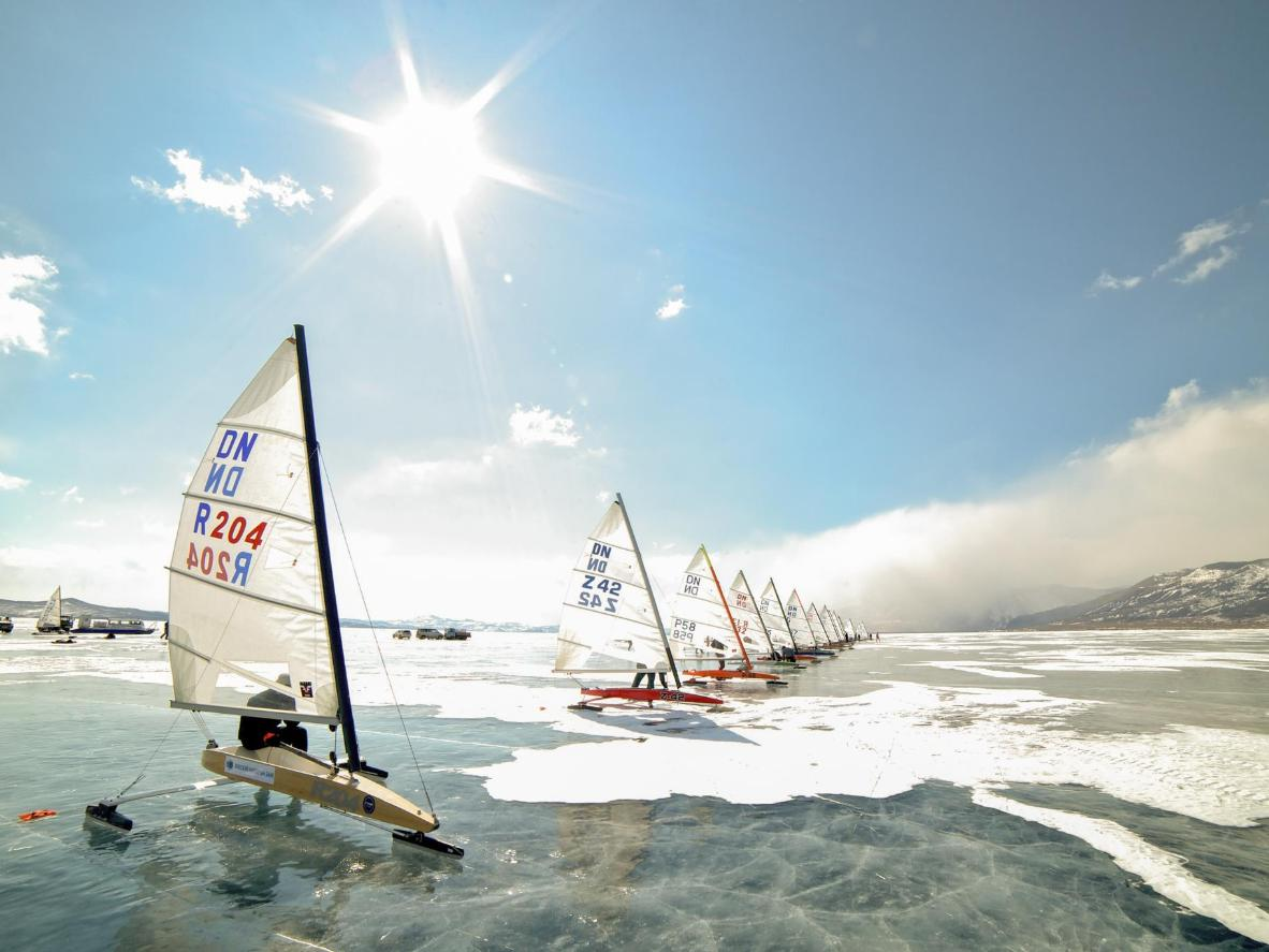 Żeglarstwo lodowe to popularny sport nad Jeziorem Śniardwy