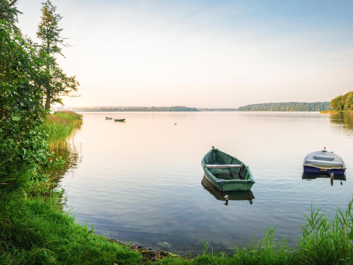 Wypłyń na wody jeziora o zachodzie słońca