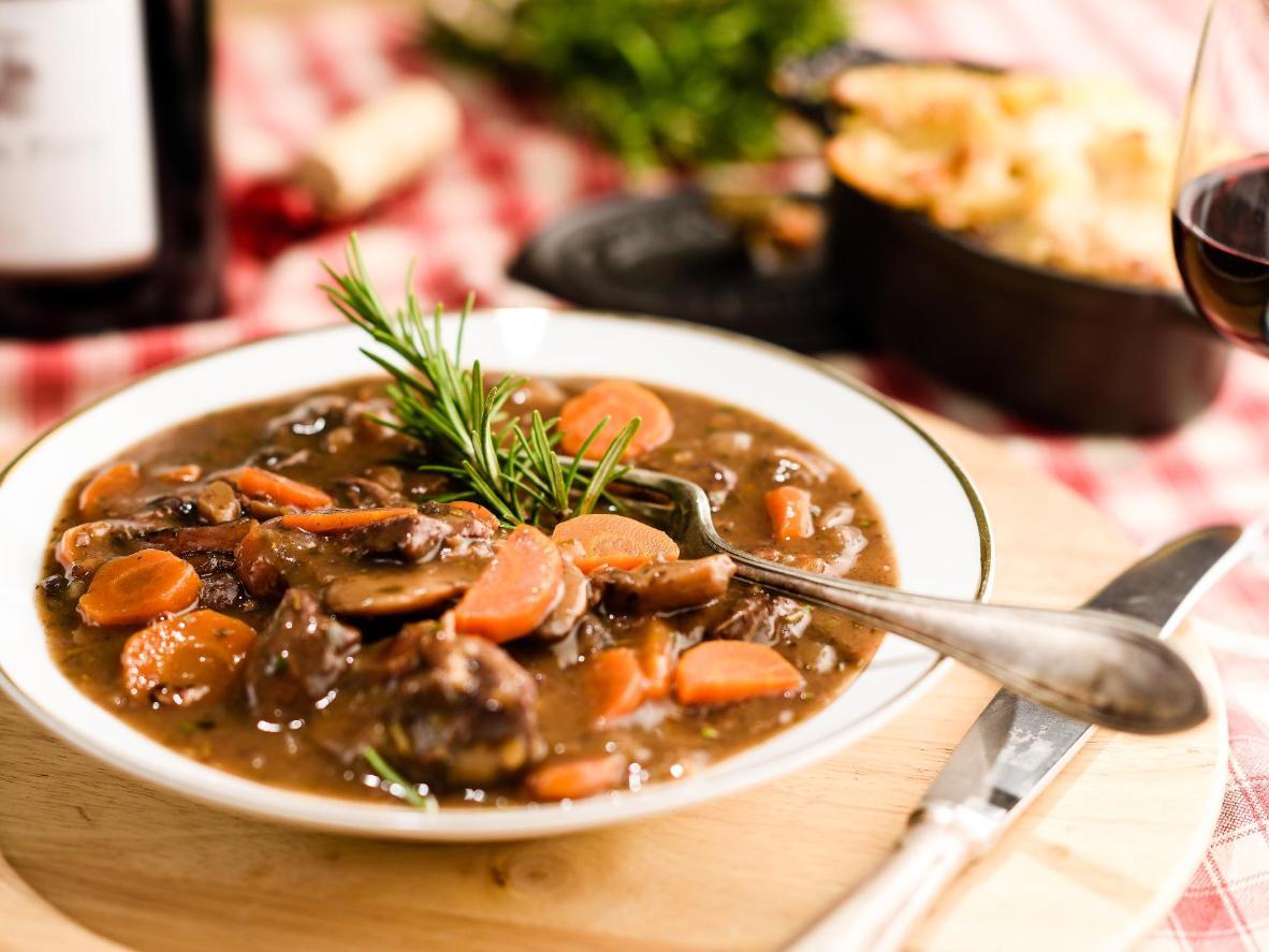 Dégustez un délicieux bœuf bourguignon cuisiné avec un vin de la région