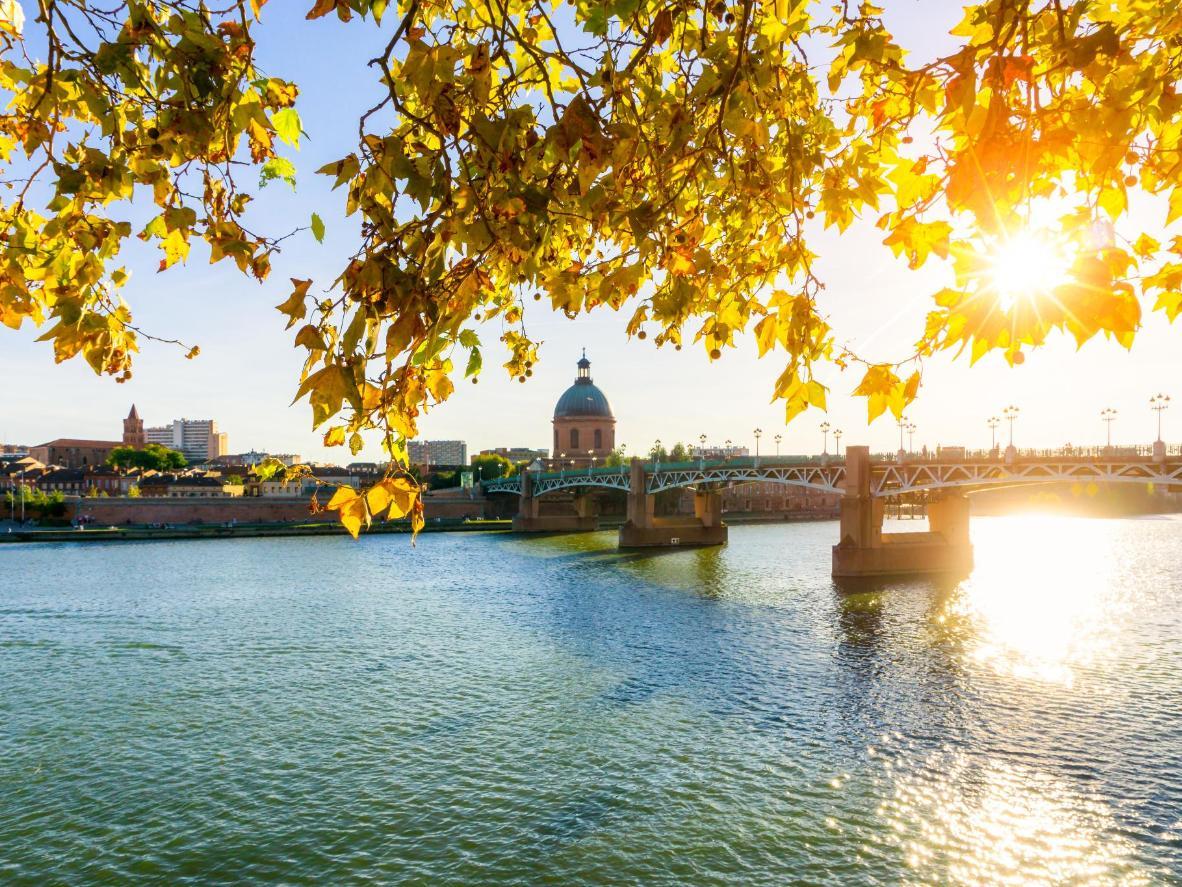 Bâtie sur les rives de la Garonne, Bordeaux est l'épicentre de la plus grande région viticole de France