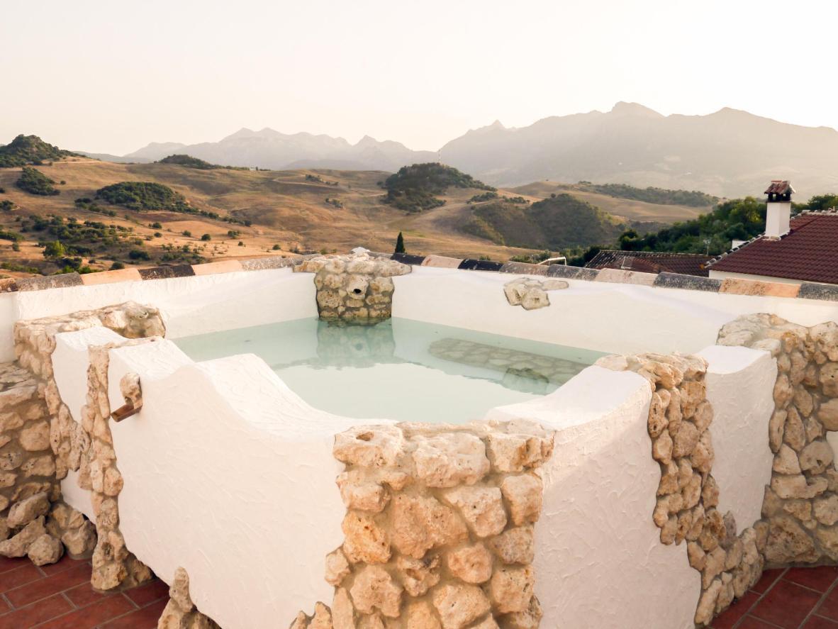 Admirez le paysage de Montecorto depuis la piscine de cette maison d'hôtes