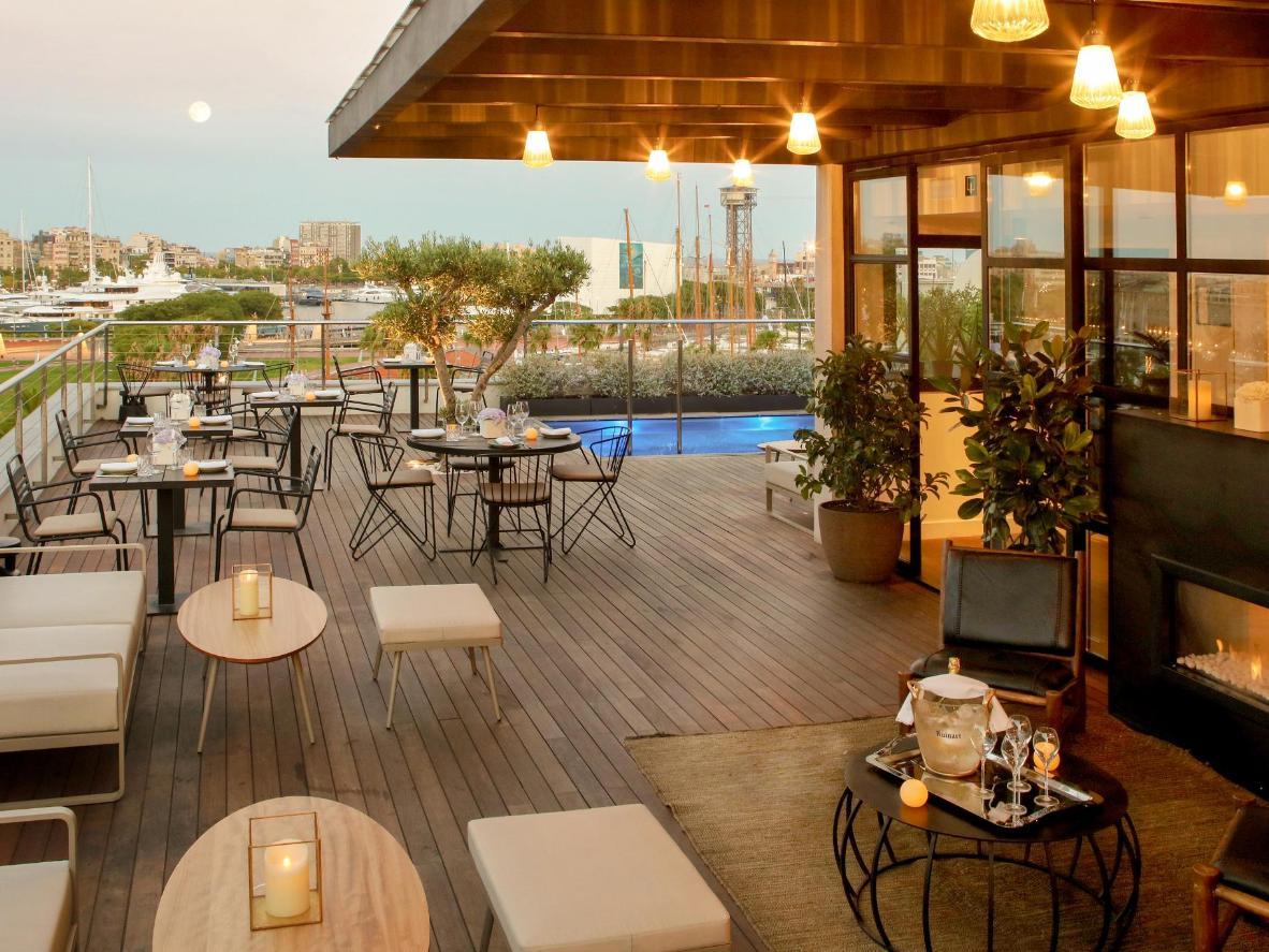 Dégustez un cocktail sur cette terrasse ornée d'oliviers
