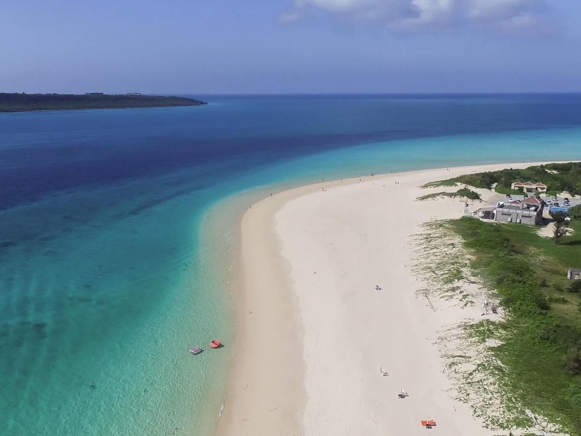 Sepanjang 7km, Pantai Yonaha Maehama dipenuhi pasir putih dan air berwarna biru langit