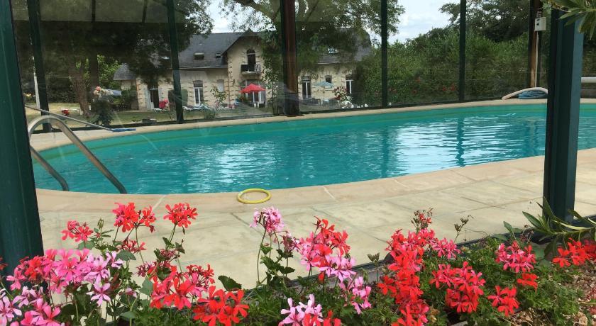 Vue de la piscine extérieure du cottage