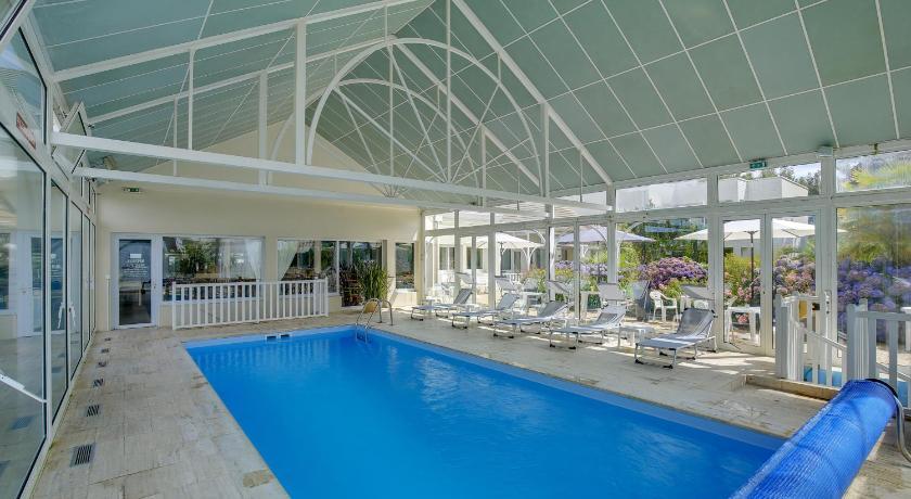 Vue de la piscine intérieure de l'hotel