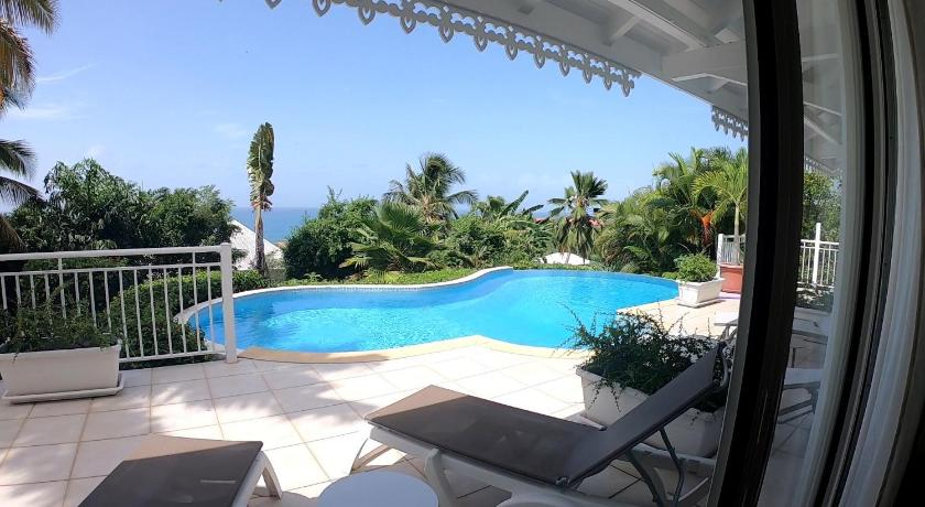 Vue de la piscine d'hôtel moderne et confortable