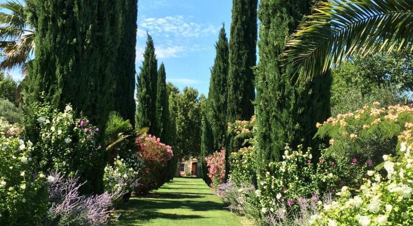 背靠广阔的橄榄树和薰衣草田地,还自带游泳池和多项户外娱乐设施.