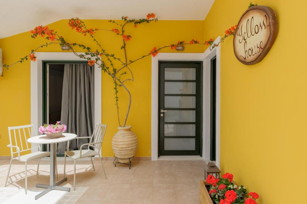 Yellow House Parga Yunani Bookingcom