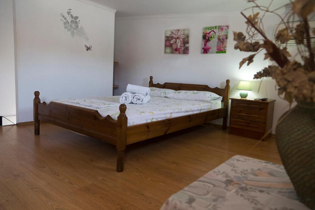 A bed or beds in a room at Eleni Apartments