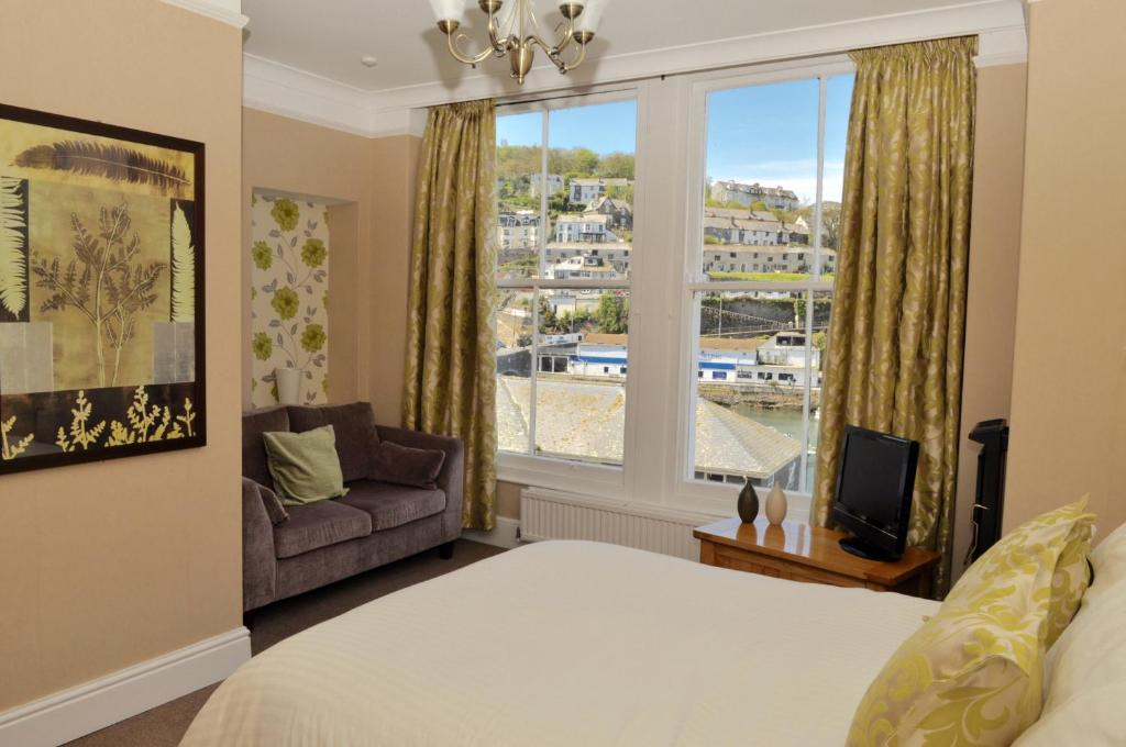 A bed or beds in a room at Rivercroft Hotel