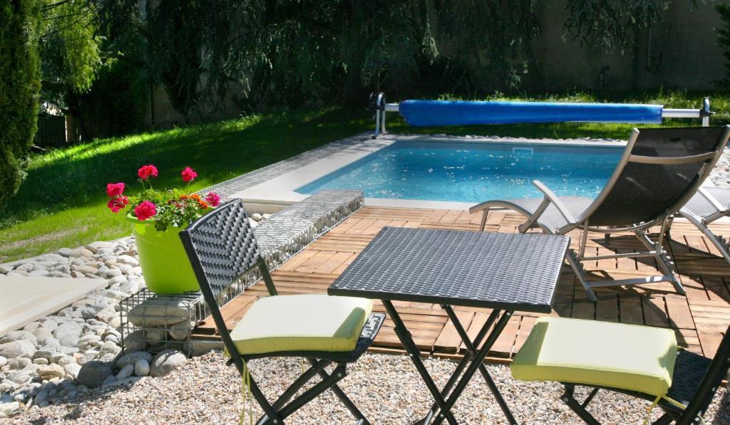 The swimming pool at or near Chambre d'Hôtes de la Grappe d'Or