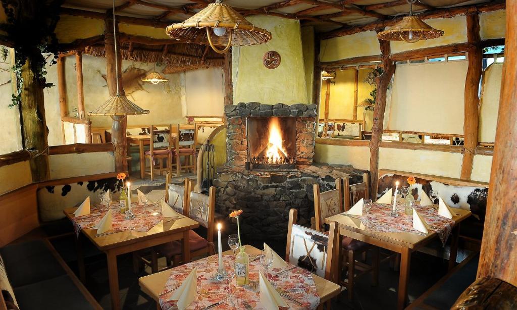 Ein Restaurant oder anderes Speiselokal in der Unterkunft Kelten-Hotel
