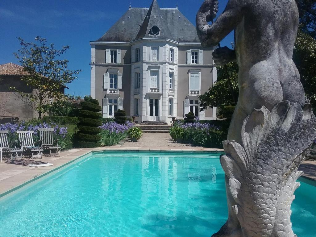 The swimming pool at or near Château de Prety