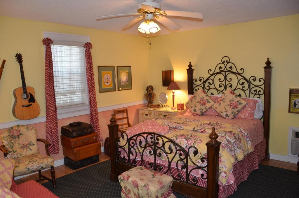 A bed or beds in a room at Garden Walk Inn