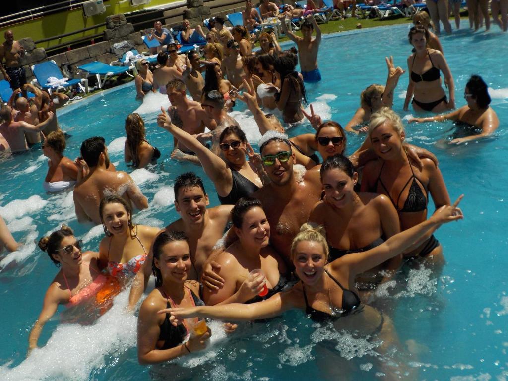 Der Swimmingpool an oder in der Nähe von Benidorm Celebrations Pool Party Resort - Adults Only