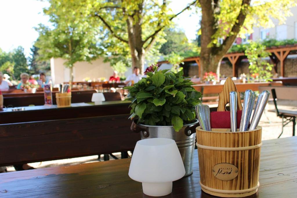מסעדה או מקום אחר לאכול בו ב-Halber Mond