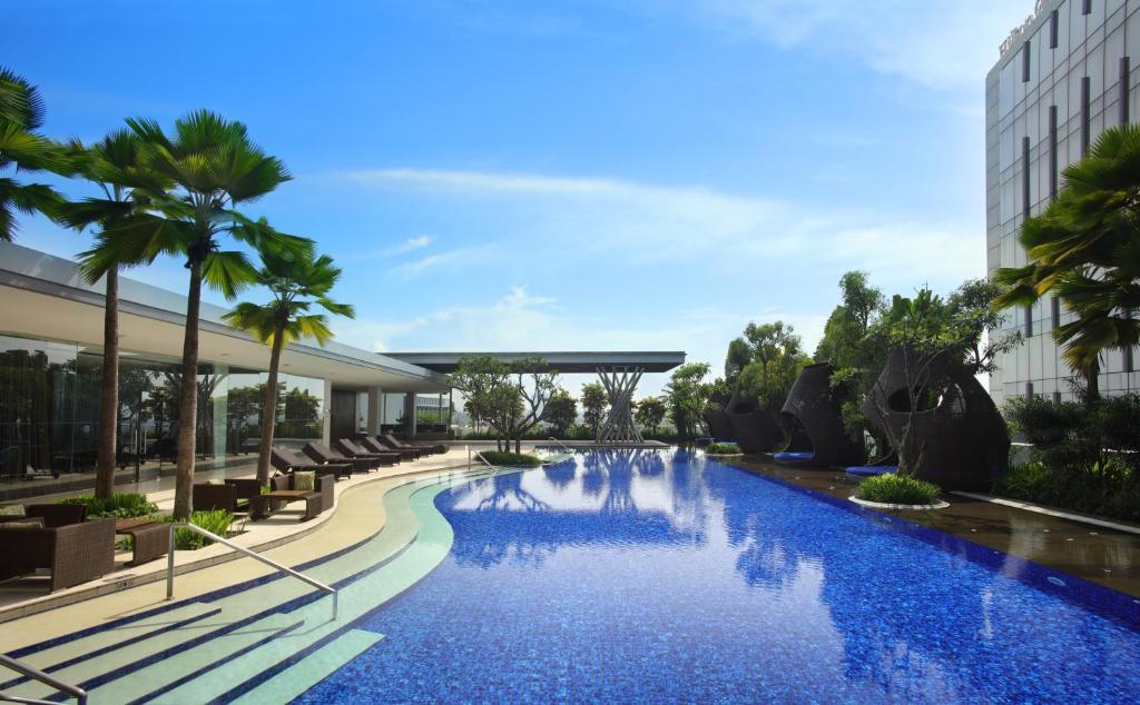 Piscina de la sau aproape de Hilton Bandung