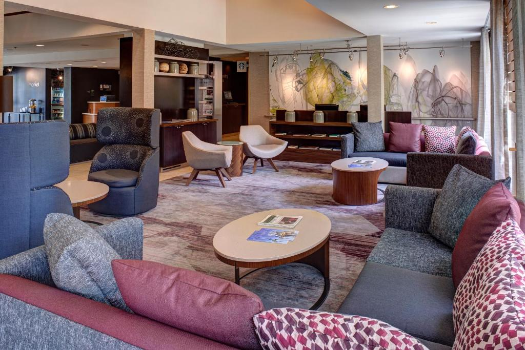 The lounge or bar area at Courtyard Des Moines West/Clive