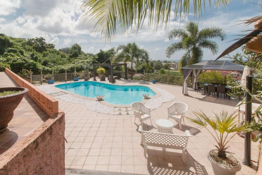 The swimming pool at or near Un Chaleureux Paradis