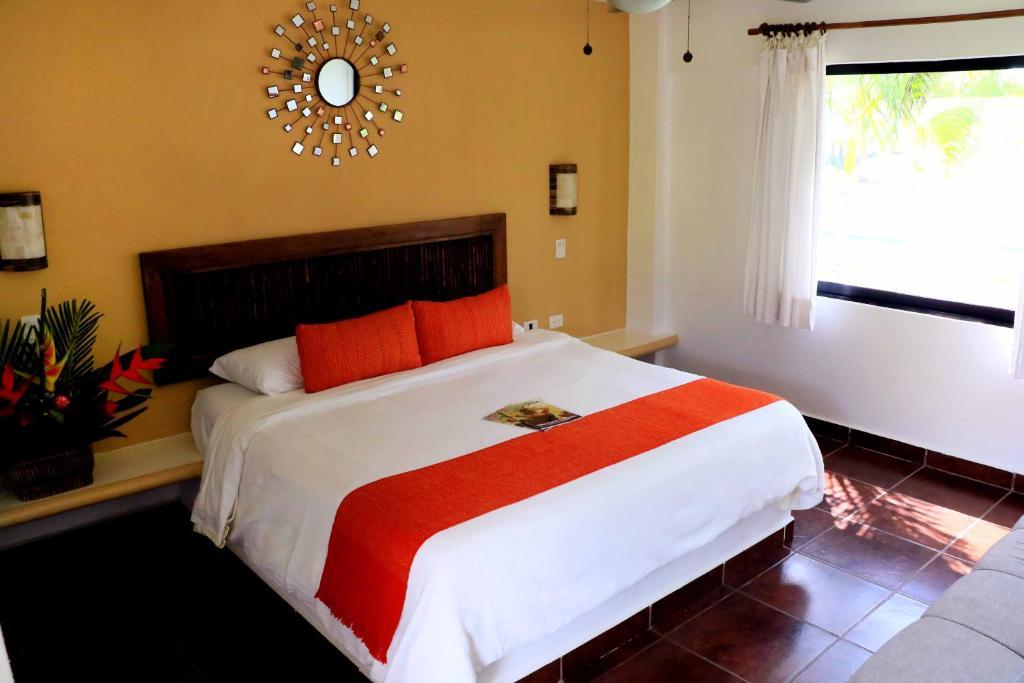 Cama o camas de una habitación en Refugio del Sol Hotel y Club de Playa