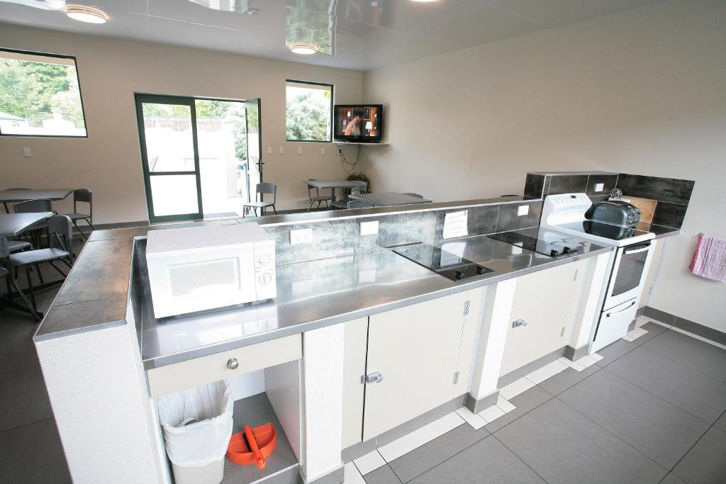 A kitchen or kitchenette at Oamaru TOP 10 Holiday Park