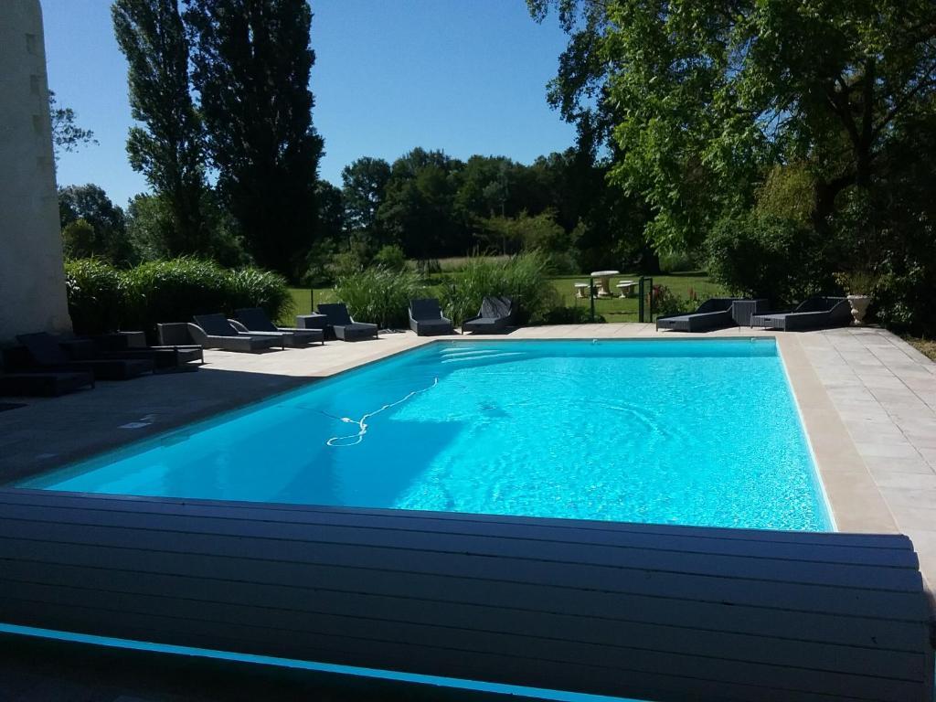 Der Swimmingpool an oder in der Nähe von Chateau de Fins