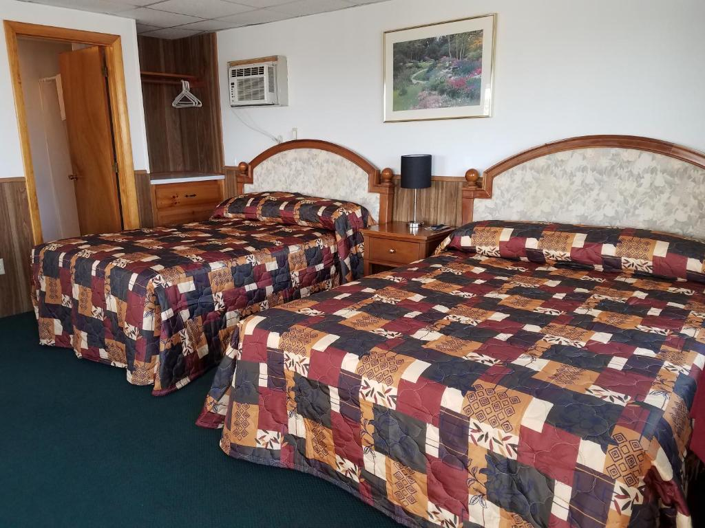 A bed or beds in a room at Sir Charles Motel
