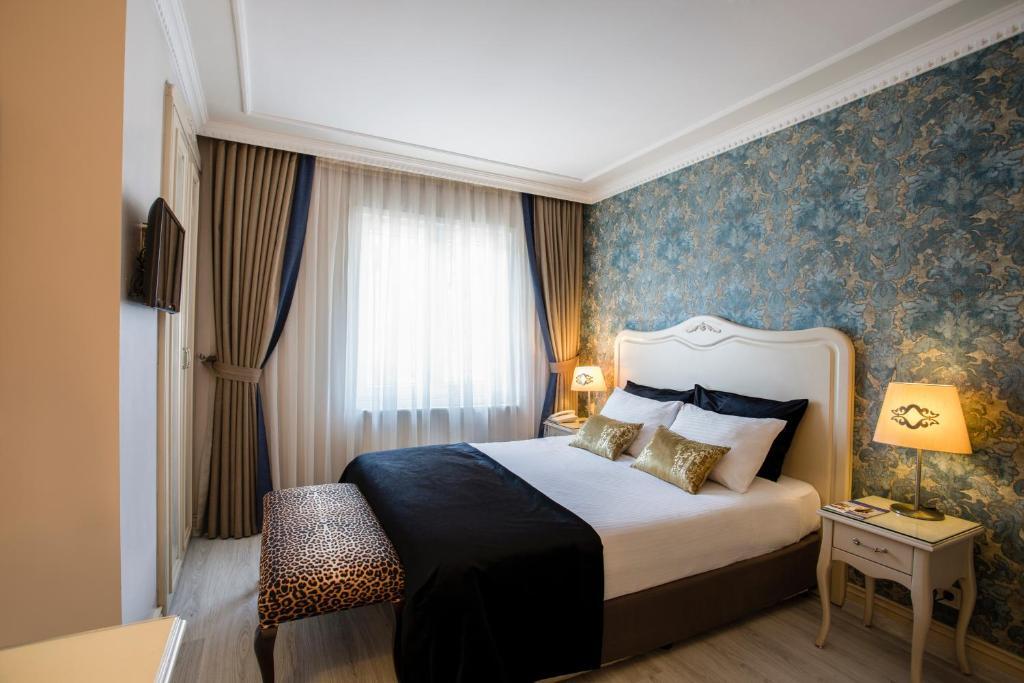 En eller flere senger på et rom på Raymond Hotel