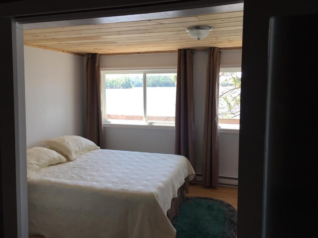 A bed or beds in a room at Lang Lake Resort
